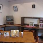 太陽とオリーブ - 店内ギャラリーの展示物が変わりました。今月はドールハウス・書・七宝焼きの絵画等を展示しております。