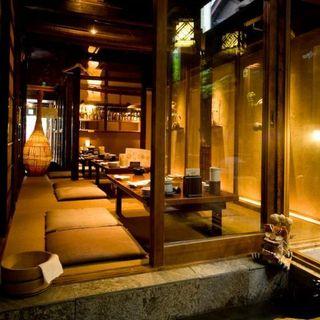 琉球の古民家をイメージした店内