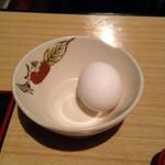 阿蘇 金洗店 - 料理写真:テーブルには、卵がひとつ。4人掛けだが、ひとつ。つまり、ここではひとりの客がひとつのテーブルを独占できる。独り者のささやかな幸せがある。無料。