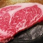 よろづや - 備長炭を使って強火で焼き上げますので、お肉のうまみが口に入れた瞬間あふれ出ます。