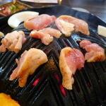 地鶏のさと ひらお - 穴の開いたジンギスカン鍋の様な専用鍋♪