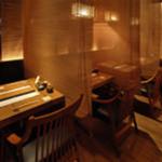 和食や - テーブル席はすだれで仕切っておりますので、隣を気にせず会話やお食事をお楽しみいただけます。