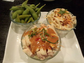 美食天地 遙華 - 前菜3種盛り(枝豆、干し豆腐の和え物、蒸し鶏ネギソース)