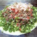 てらまえ - 【ネギチュセヨ】山盛のネギを使い大阪名物(油カス)を入れ特製すじをふんだんに使用したネギ焼です。
