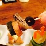 ケンケンビアファクトリー - お通しの牡蠣のコンフュと赤魚のフリットとポテトサラダ