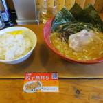 横浜家  - 麺カタ、味濃い目(600円)とライス(100円)