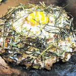 てらまえ - 【ジャパニーズ】ブタ・モチ・しそが入った和風味のお好み焼。仕上げに目玉焼き、きざみ海苔をのせてます!