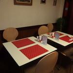 イグレック - テーブル席。。夜はワインとオードブルを楽しみながら、シメにカレー、なんて楽しみ方も可能です