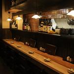 酉蔵 - 内観写真:カウンター6席お一人様でもゆっくりお食事お酒を楽しんでいただけます。