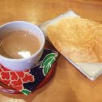 上亀 - 豆乳チャイ(210円)とパパド(100円)