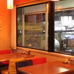 プラザカフェ - 奥の窓側のお席はカップルに人気です。