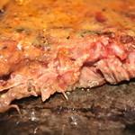 カナディアンロッキー - 2/3ほど食べたステーキ断面 鉄板が熱いのでウェルダン風に変わります