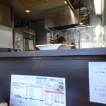 欧風カレー キュリー - カウンター越しの厨房