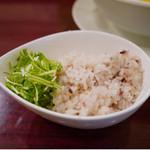黄金の塩らぁ麺 ドゥエイタリアン - セットでついてくる玄米ごはん