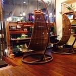 ブーズアンドフーズ - 揺り籠のようなお洒落な椅子がありました!1人で座るの申し訳なかったので違う席座りましたが^^;
