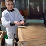 24699618 - 福々饅頭(ふくふくまんぢゆう)を賣る女將(おかみ)