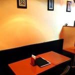 サライ ケバブ - 店内テーブル席