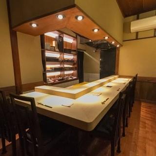 美しい白木の寿司カウンターで匠が握る寿司をどうぞ。