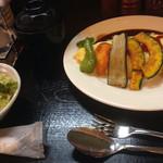 洋っ定屋 - オムライスにつくサラダとお味噌汁