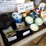 浜ちゃんぽん - セルフのお漬物コーナー。辛子高菜と紅ショウガでした。