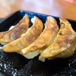 浜ちゃんぽん - 餃子は鉄鍋でジュウジュウ~。かなりの絶品具合。