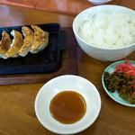 浜ちゃんぽん - 餃子定食のセット。ご飯と餃子4個。お漬物はセルフで。