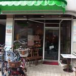 インド食堂TADKA - 緑の幌、子供を乗せられる自転車がお店の前に止まっているなど、インドカレー屋らしくなく、知らないと見逃してしまいそうですがそこが凄くいい