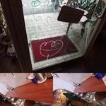 インド食堂TADKA - 入口のガラスの扉には子供の落書きが描かれており、店内には親子連れもおり、実に子供にも愛されるインドカレー屋さんだとわかります