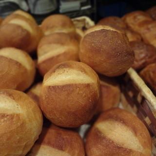 自家製フランスパン(熱ッ、熱ッと言いながら食べるのが醍醐味)