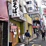松葉 - 街道沿いには多くの飲食店が軒を連ねます