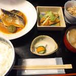 おいしい台所12カ月 - 〔日替ランチ〕 サバ味噌煮、バンバンジーサラダ、定義山の油揚げ定食(¥800)。青梅にセンスを感じる
