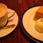 ブーガルーカフェ - カボチャのケーキとカフェラテ