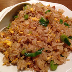 chuukaryourihisuien - ニンニクの葉を使った醤油炒飯。ご飯が新米で炒めているから、おこわのような物凄い弾力感。美味しかった…