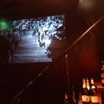 月光食堂 - 2階へ続き階段のヨコに、モノクロの映画が流されていました。こういうの好きだわ―。