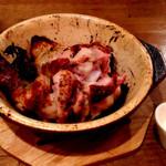 24736432 - 焼:チキン(1/2羽:980円)はローストチキンのこと。とにかく脂の香りがすごい。皮のパリパリ感やら、お肉のジューシーさやら、もう大騒ぎです。
