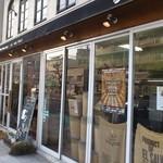 コーヒーマーケット - 右手に焙煎室。入口。左手、国道に対面するカウンター席です!