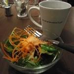 ブルーブックスカフェ - ハンバーガーランチのサラダとコーヒー