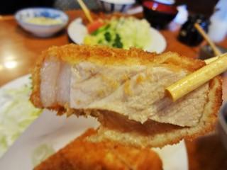 八千代味清 - ロースカツの豚肉は厚く、衣は薄くて、表面がカリッと揚がっています。脂身の割合はGoodです。