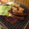 ホルモン焼味紘 - 料理写真:ハラミ、マルチョウ、コテッチャン、キャベツを焼く