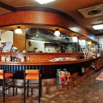 八千代味清 - 昔ながらの洋食屋さんといった雰囲気の店内。お店の手前はテーブル席で、奥の左側がカウンター席、右側が座敷席になっています。店内には洋楽が流れていました。