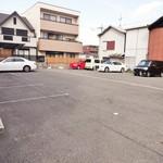 八千代味清 - 広くて停めやすい専用駐車場は、店舗の直ぐ東側に15~16台分が確保されています。車道から駐車場への入口の幅が狭いので大型の車は気をつけて入って下さいネ。