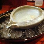 2475886 - 地酒は陶器の片口をアイスペールに入れてぬるくならないように