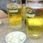 呉越 - 生ビール(380円)に付出しの高野豆腐。生ビールはキリンのジョッキですが、中身はアサヒスーパードライです。当店では生ビールはキリンかアサヒを選ぶことができます。