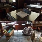 キンカーオ - テーブル席。タイ料理に御馴染みの4種類の調味料もきちんと常備されてます
