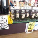 ローストステージ - 瓶から選べるローストコーヒーは、どれでも一杯¥350