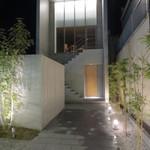 24754198 - ここはどこでしょう。九州の佐賀市です。正面一階が入口。
