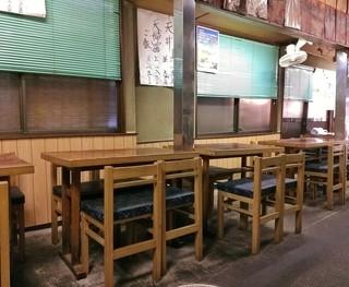 大和家 - 店内中央のテーブル席