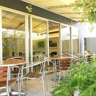 優しい色で統一された店内と、ビルの屋上に広がるテラスで本格イタリアン