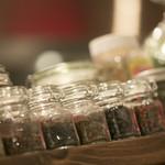 ドクトルカルネ - お料理に使用している20種類のスパイスを並べた店内1