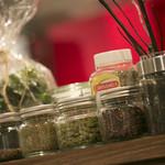ドクトルカルネ - お料理に使用している20種類のスパイスを並べた店内